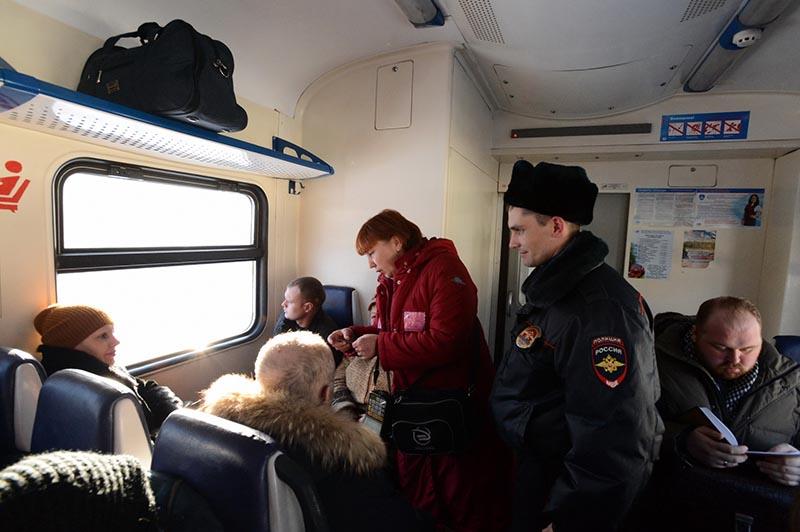 Контролёры проверяют билеты в пригородной электричке