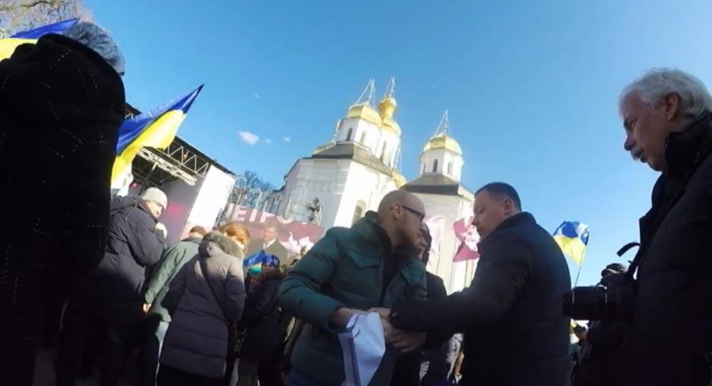 Охранники Порошенко выгнали журналиста за неудобный вопрос