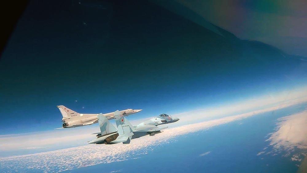 Бомбардировщик Ту-22М3 в сопровождении истребителя Су-27