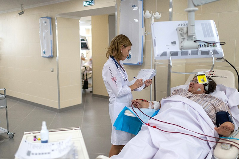 Нефролог во время осмотра пациента