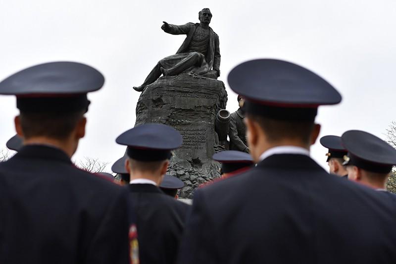 В Крыму возложили цветы к памятнику Корнилова