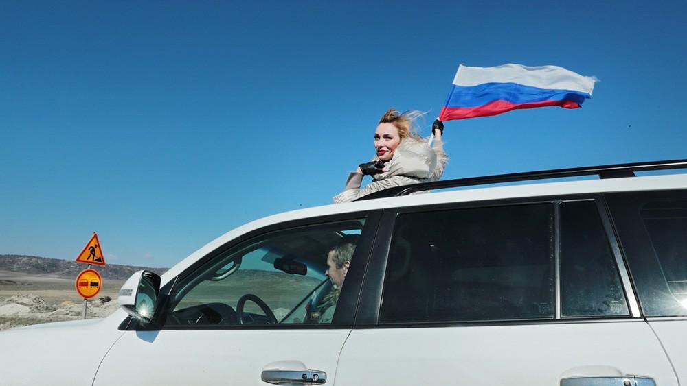 Участники праздничного автопробега в Крыму