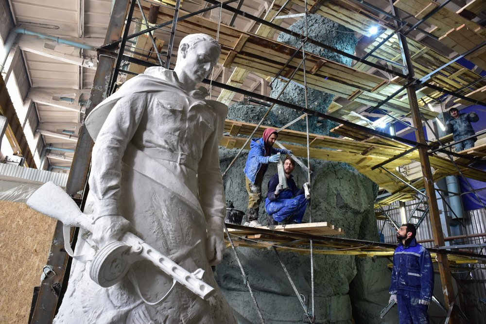 Демонстрация модели скульптуры Ржевского мемориала Советскому солдату