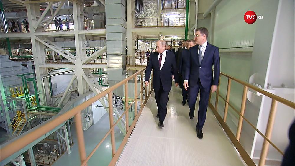 Владимир Путин осматривает ТЭС в Крыму