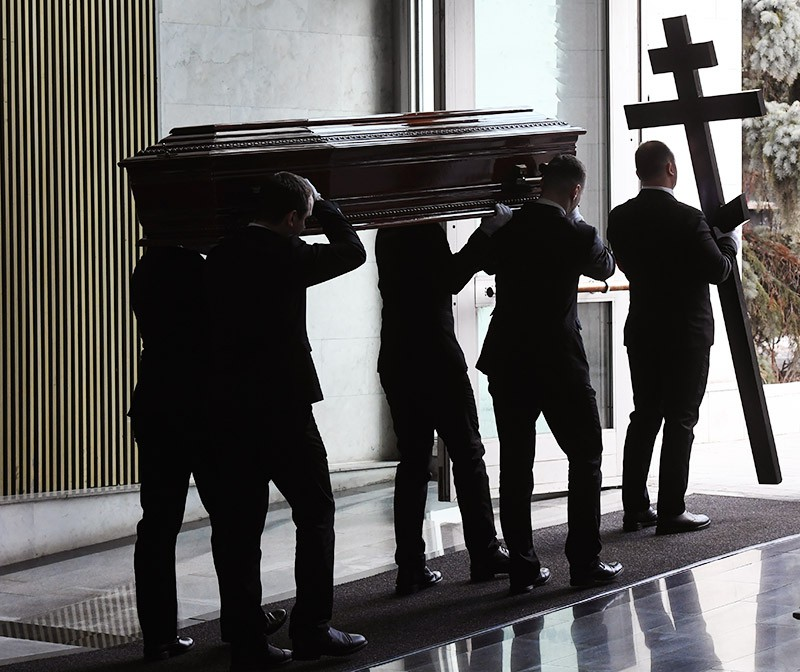 Вынос гроба с телом медиаменеджера Игоря Малашенко