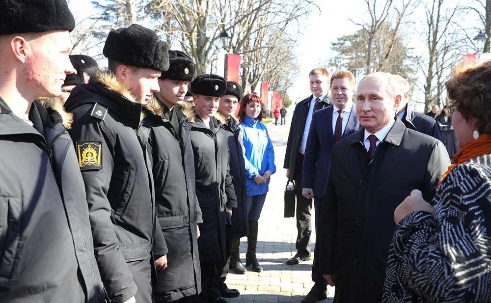 Владимир Путин и курсанты