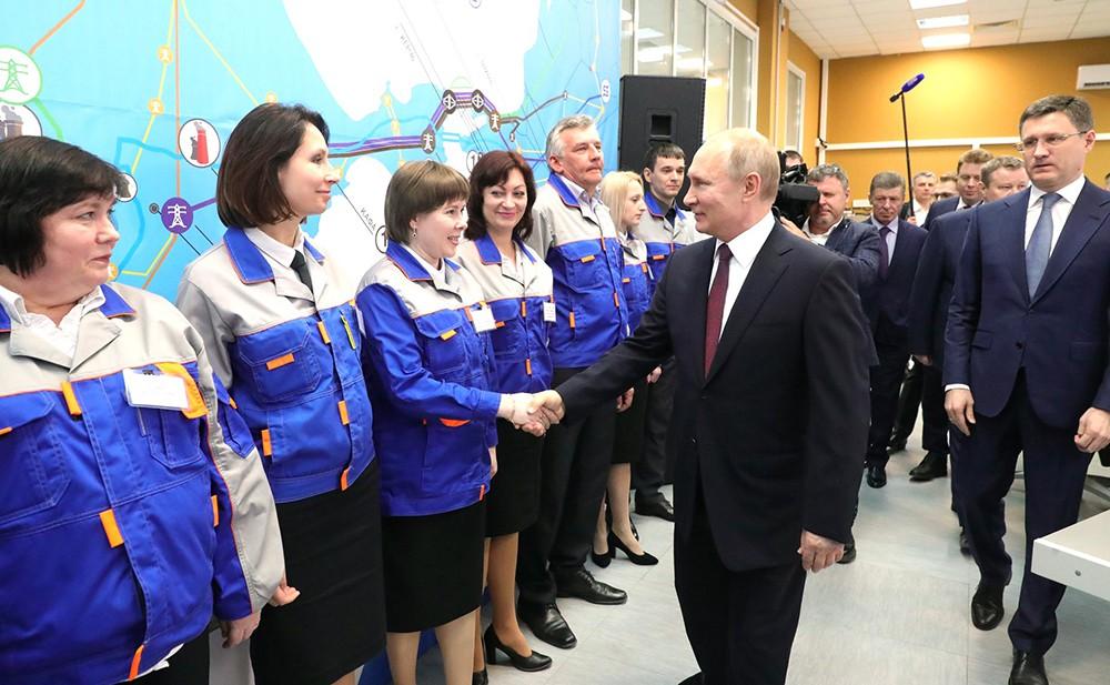 Владимир Путин во время запуска двух ТЭС в Крыму