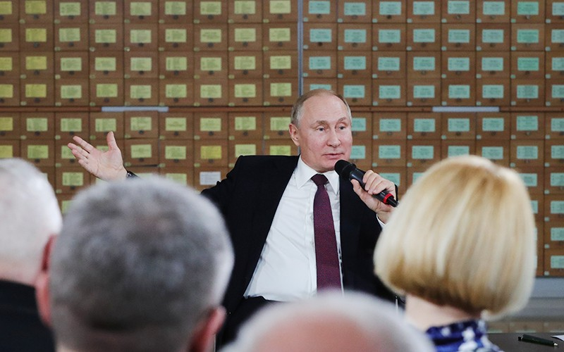 Владимир Путин во время встречи с представителями общественности Республики Крым и Севастополя