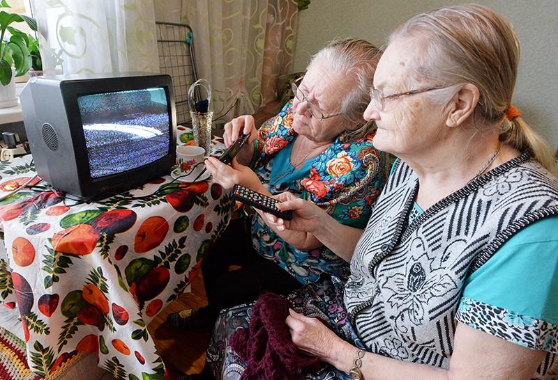Жительницы села Баландино настраивают цифровую приставку