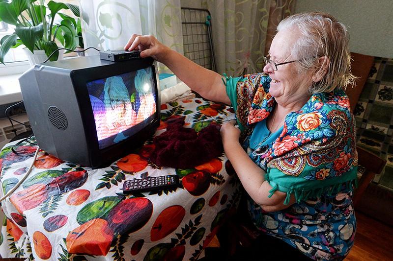 Пенсионерка смотрит телевизор