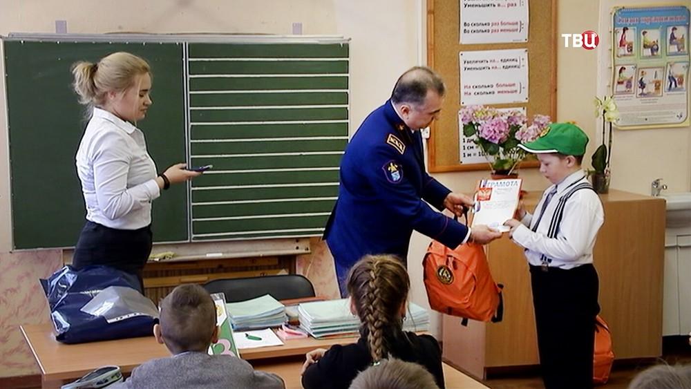 Сотрудники МЧС награждают мальчика за спасение тонущей одноклассницы