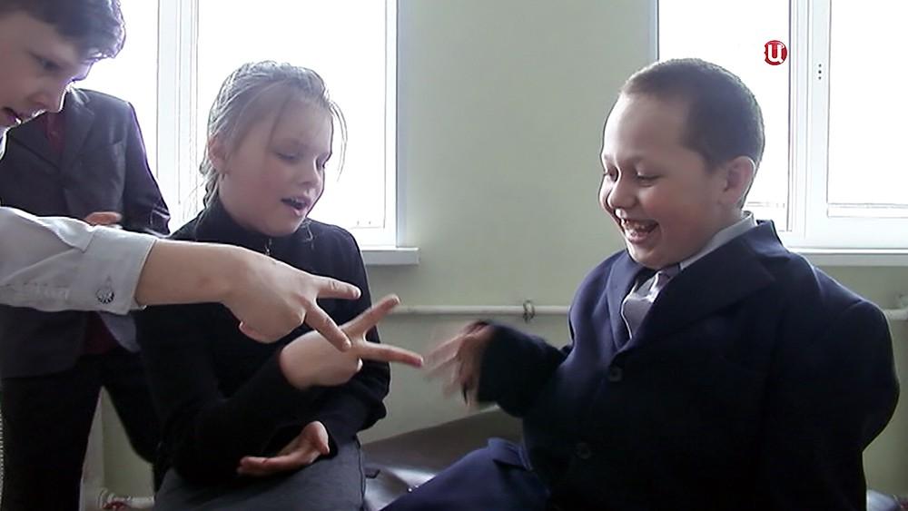 Мальчик и спасенная им одноклассница