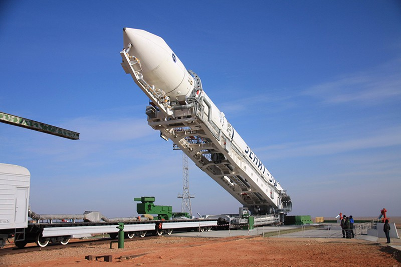 "Установка ракеты-носителя ""Зенит-2SБ"" на стартовом комплексе космодрома"