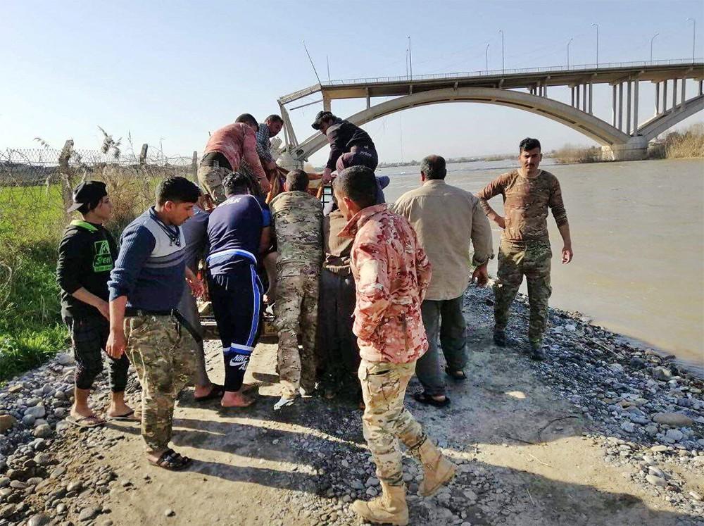 Операция по спасению утопающих с затонувшего парома в Ираке