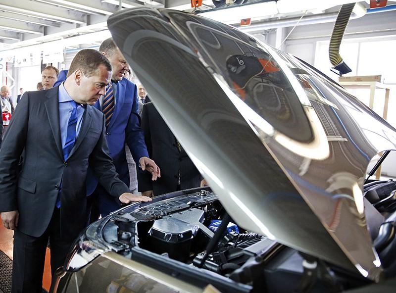 Дмитрий Медведев осматривает автомобиль
