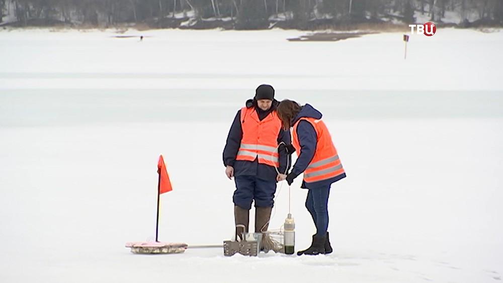 Работники Мосводоканала замеряют толщину льда
