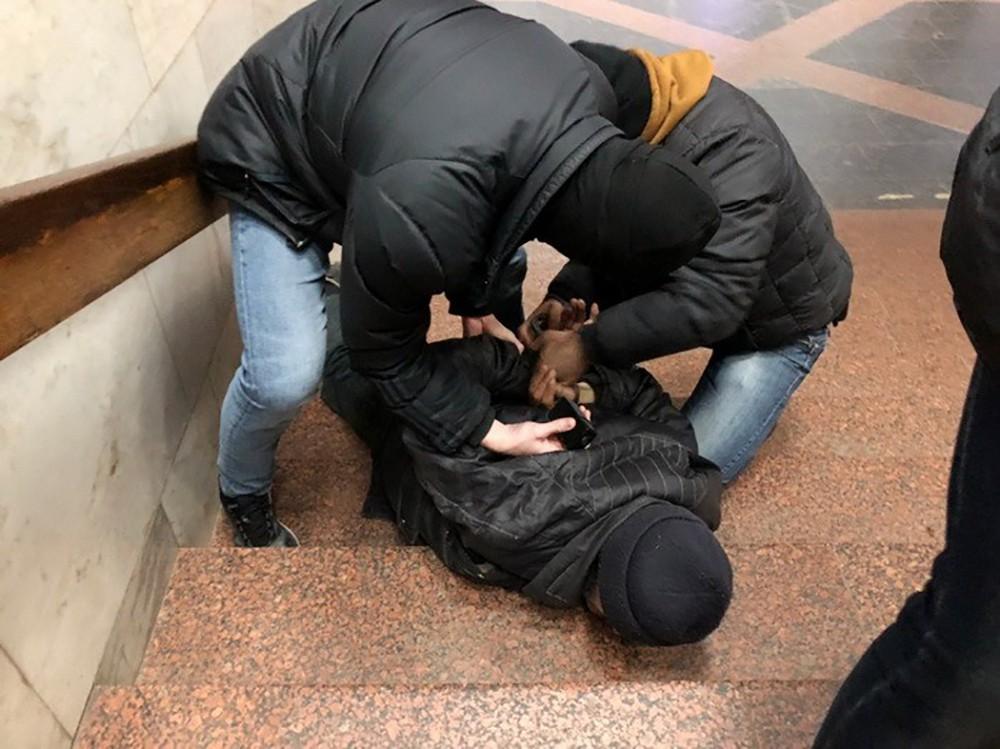 Сотрудники СБУ проводят задержание подозреваемого в подготовке теракта в метро