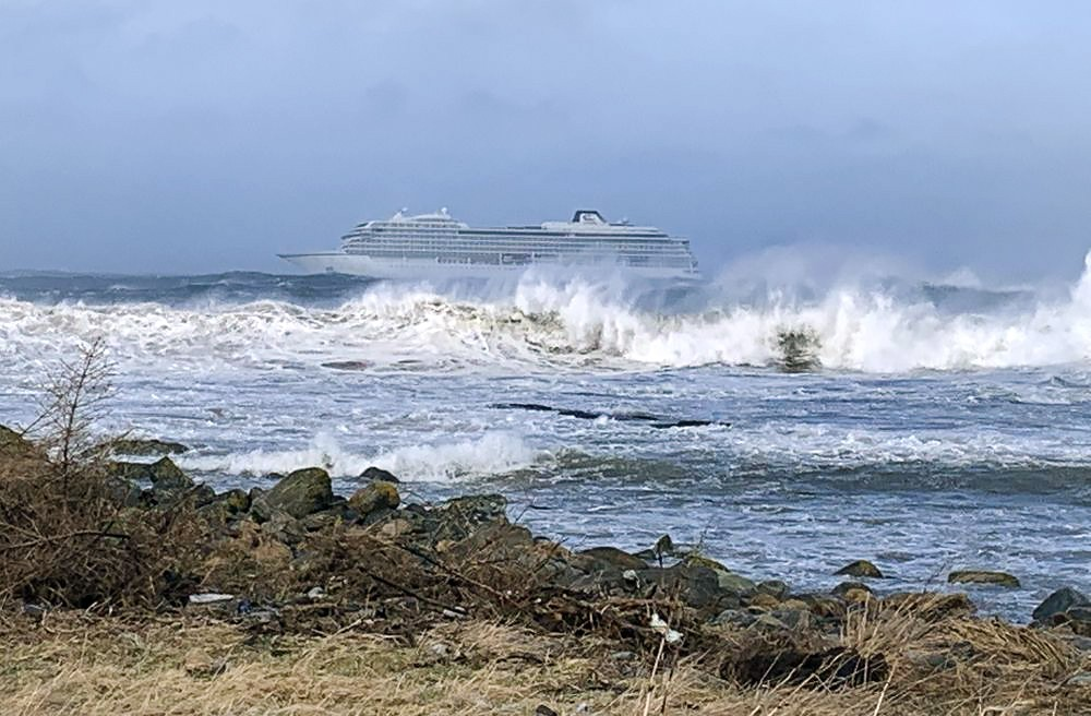 Круизный лайнер Viking Sky у побережья Норвегии