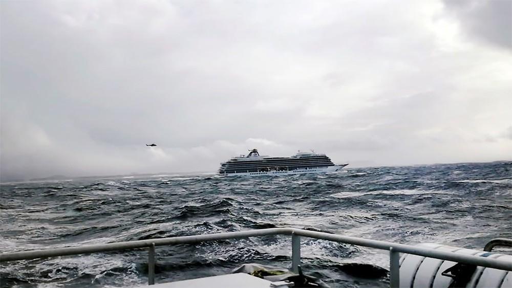 Тонущий лайнер Viking Sky у побережья Норвегии