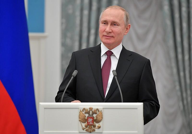 Владимир Путин выступает на церемонии вручения премий