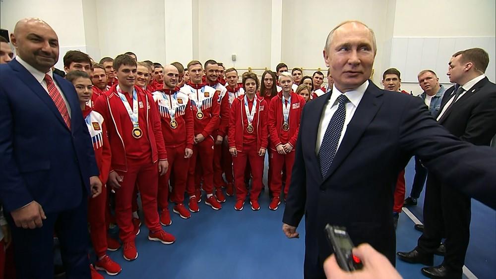 Владимир Путин во время встречи с победителями XXIX Всемирной зимней универсиады 2019 года