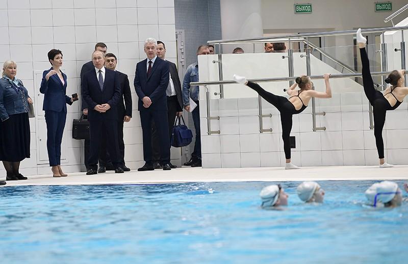 Владимир Путин и Сергей Собянин во время посещения Олимпийского центра синхронного плавания