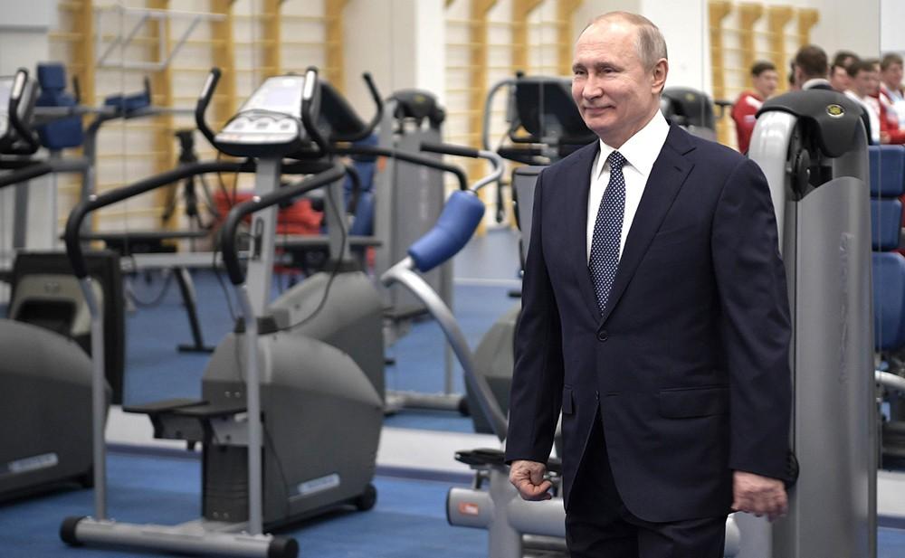 Владимир Путин во время посещения Олимпийского центра синхронного плавания