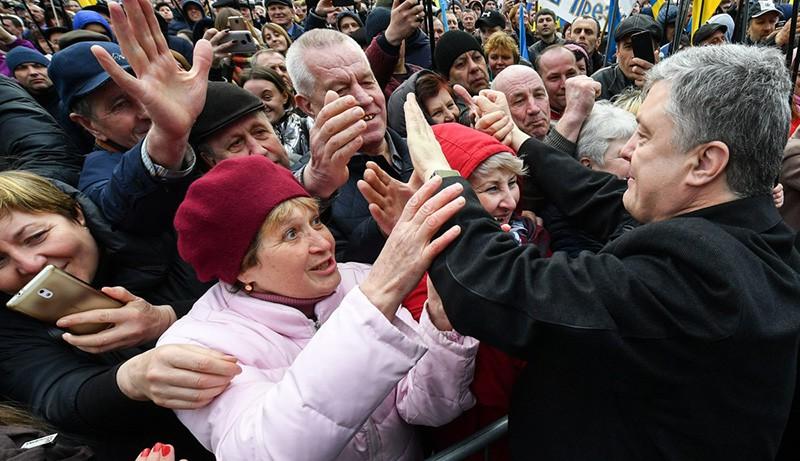 Порошенко с толпой охранников отгородился от народа железным забором
