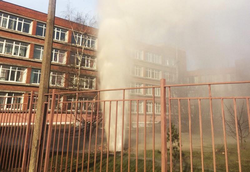 Прорыв трубы на территории колледжа в Петербурге