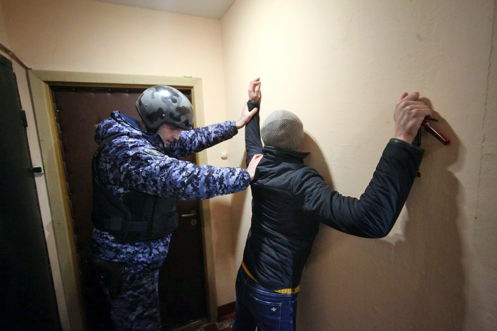 Полиция проводит задержание преступника в подъезде