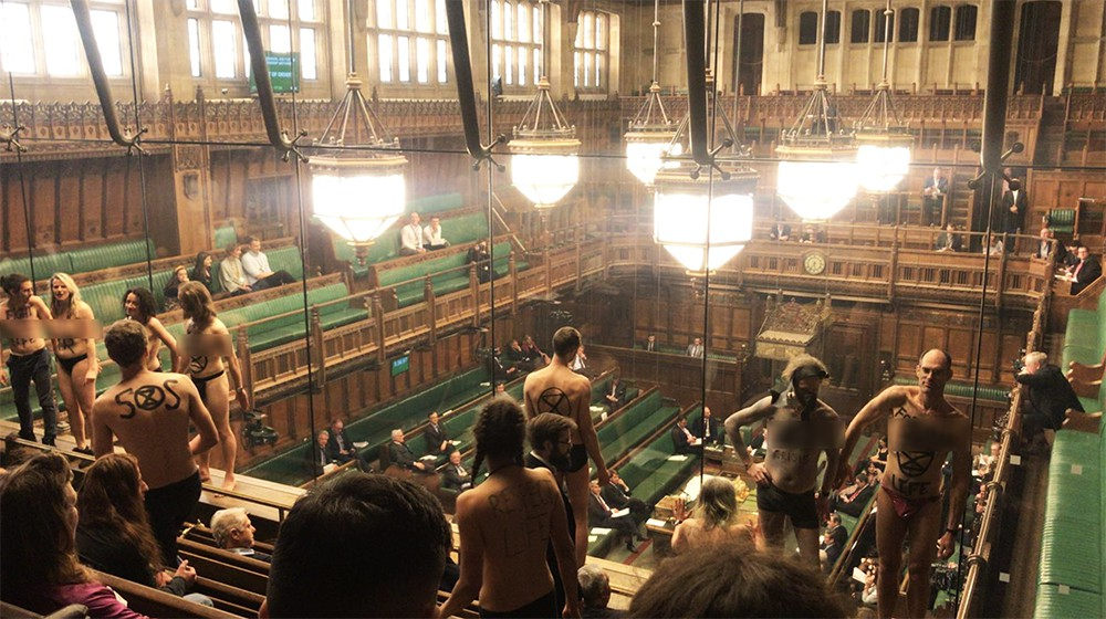 Акция протеста против загрязнения окружающей среды в парламенте Великобритании