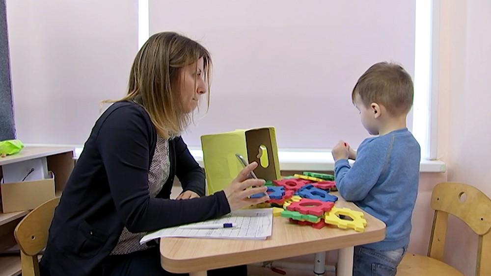 Преподаватель занимается с ребенком