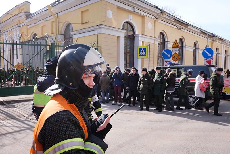 Сотрудник МЧС у здания Военно-космической академии имени А. Ф. Можайского в Санкт-Петербурге, где произошел взрыв