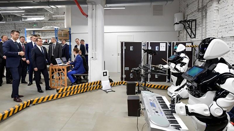 """Дмитрий Медведев во время посещения стенда компании """"Promobot"""" на территории технопарка Morion Digital в Перми"""
