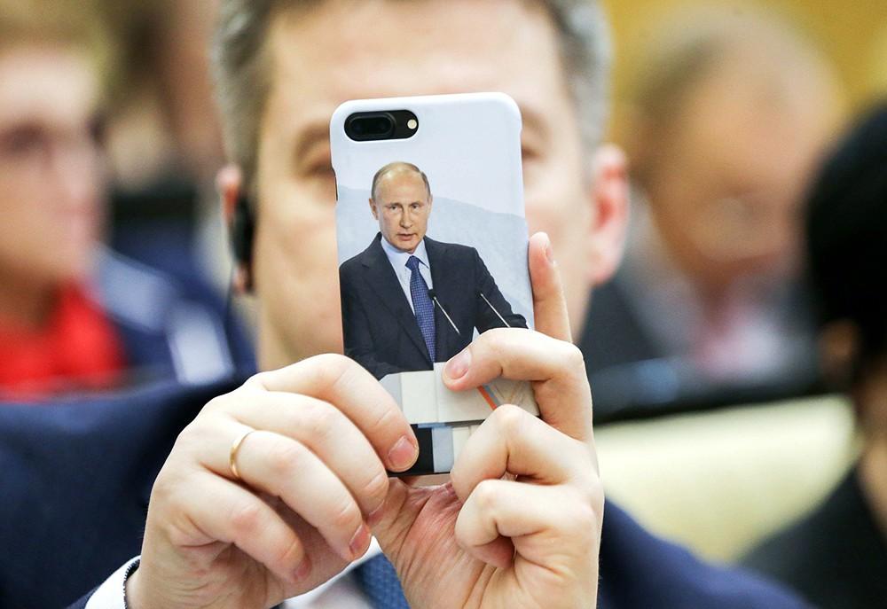 Смартфон с изображением Путина на чехле