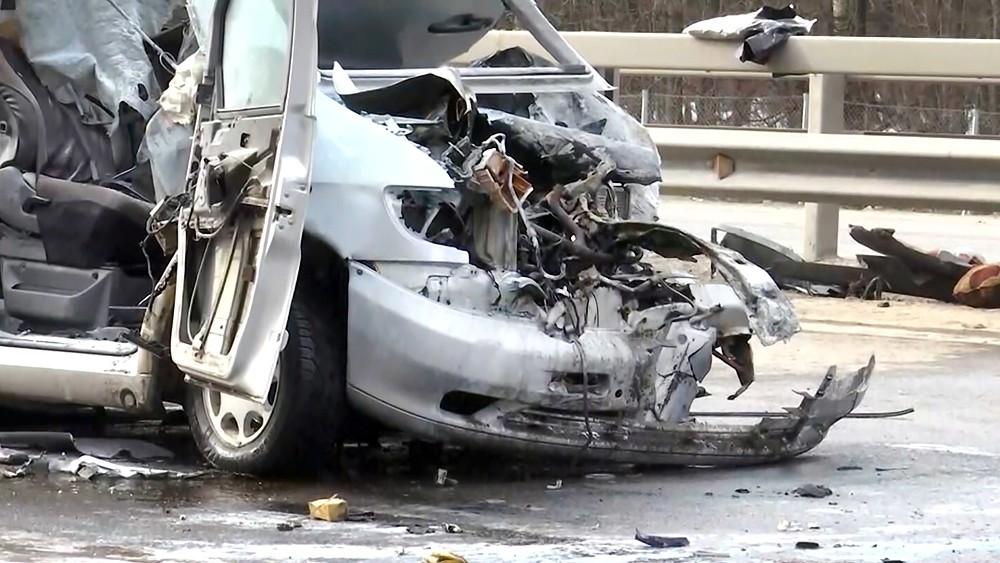 Последствия ДТП с участием микроавтобуса и фуры