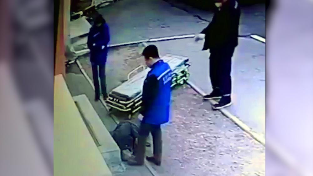 Врач пинает ногой пациента