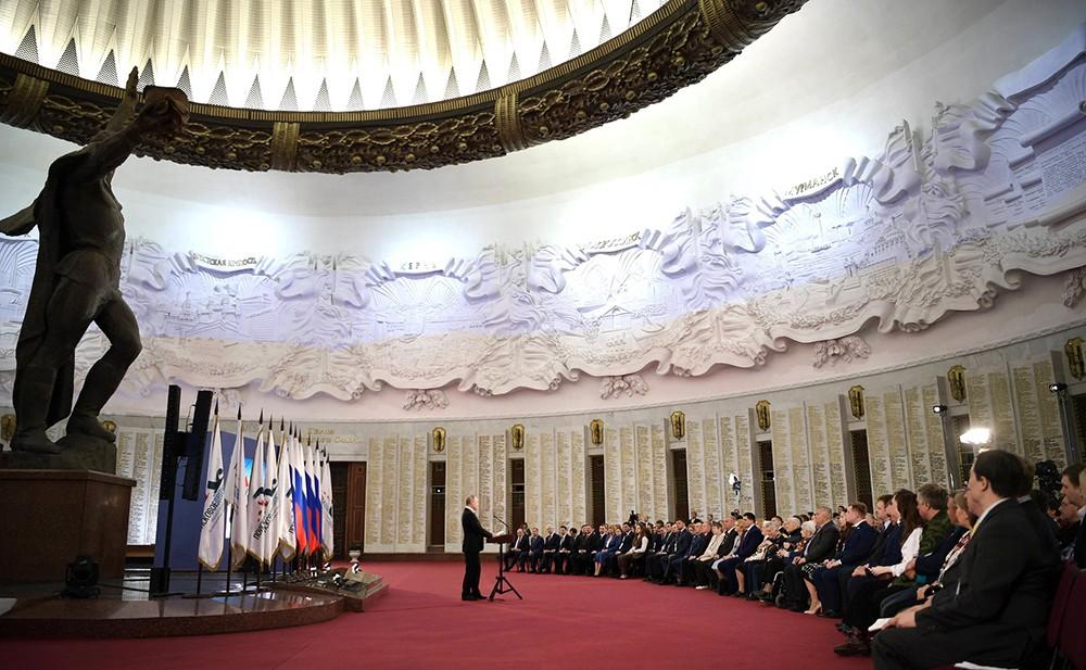 Владимир Путин в Музее Победы на Поклонной горе