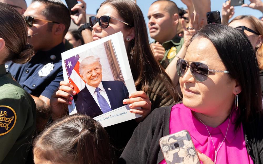 Люди с фотографией Дональда Трампа