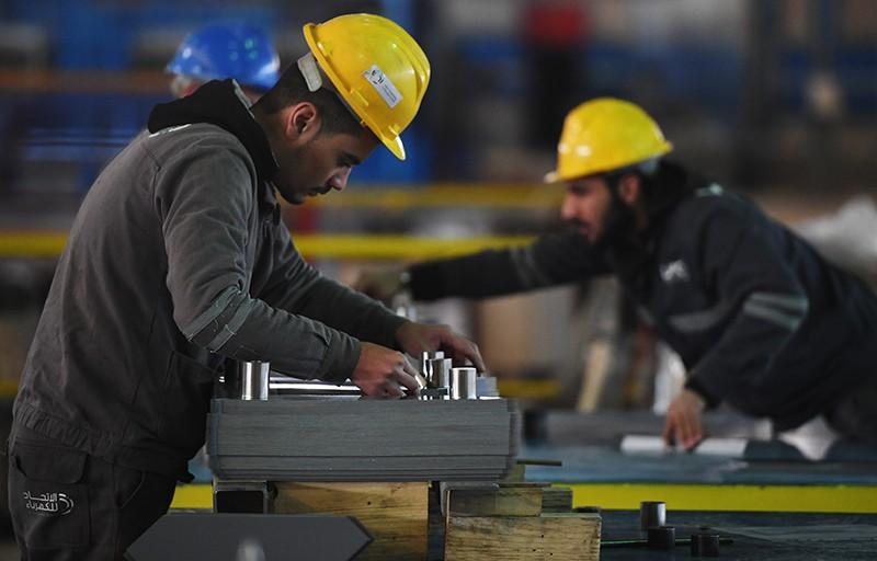 Рабочие в цехе завода, Сирия