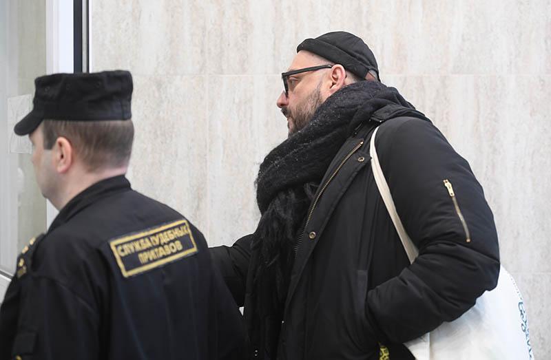 Кирилл Серебренников в сопровождении судебного пристава