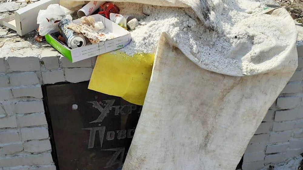 Памятник бандеровцам в мусоре