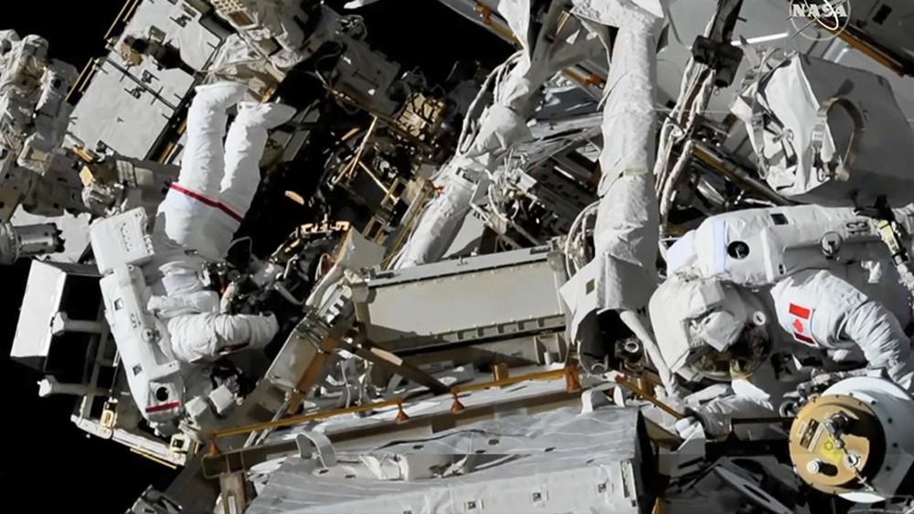 Астронавты в открытом космосе
