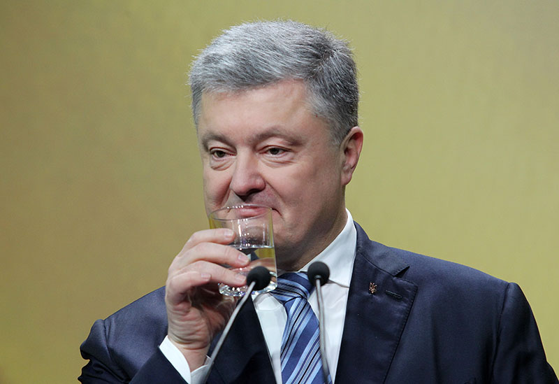 Петр Порошенко пьет воду