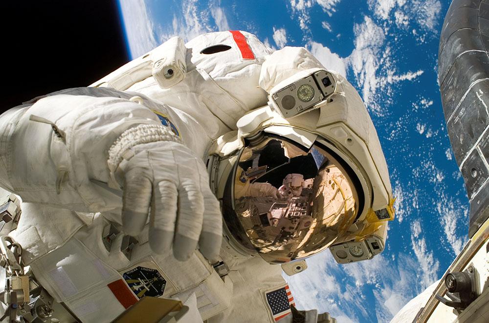 Астронавт в открытом космосе