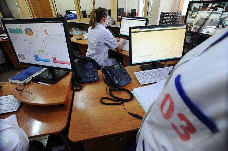 Диспетчеры за работой на станции скорой медицинской помощи