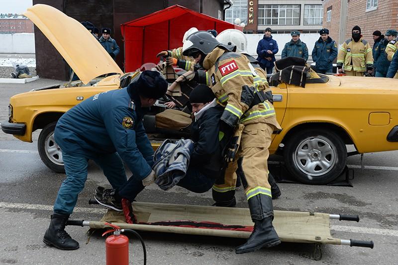 Сотрудники МЧС во время соревнований среди пожарной-спасательных подразделений