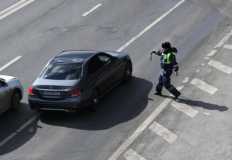 Сотрудник ДПС останавливает автомобиль