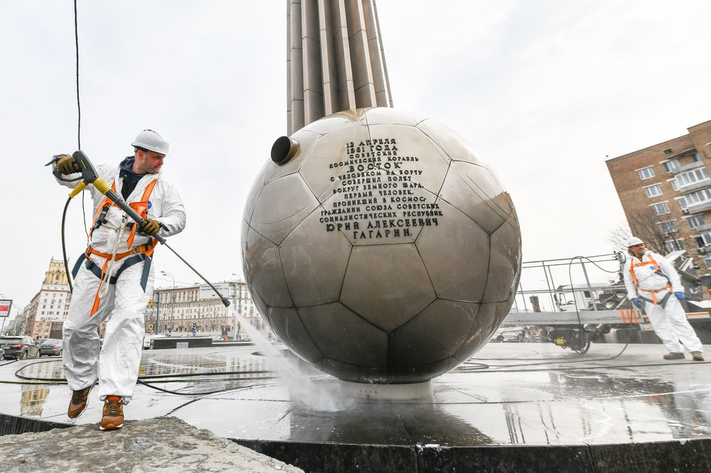 Промывка памятника Юрию Гагарину