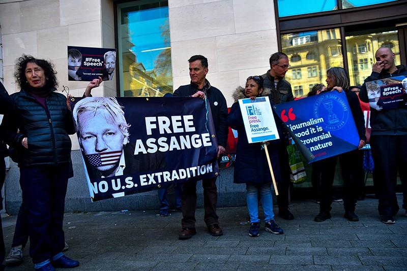Протест сторонников основателя Wikileaks Джулиана Ассанжа